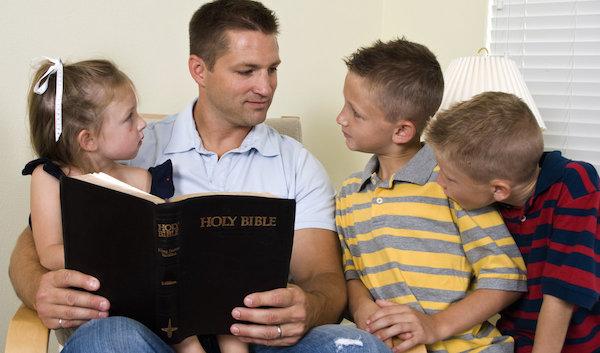 Resultado de imagen para padres leyendo con sus hijos