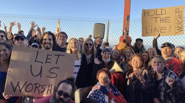 Cientos de cristianos se reunen en el puente Golden Gate de San Francisco por prohibicion de cantar dentro de las iglesias