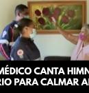 Paramédico canta himno del himnario para calmar anciana